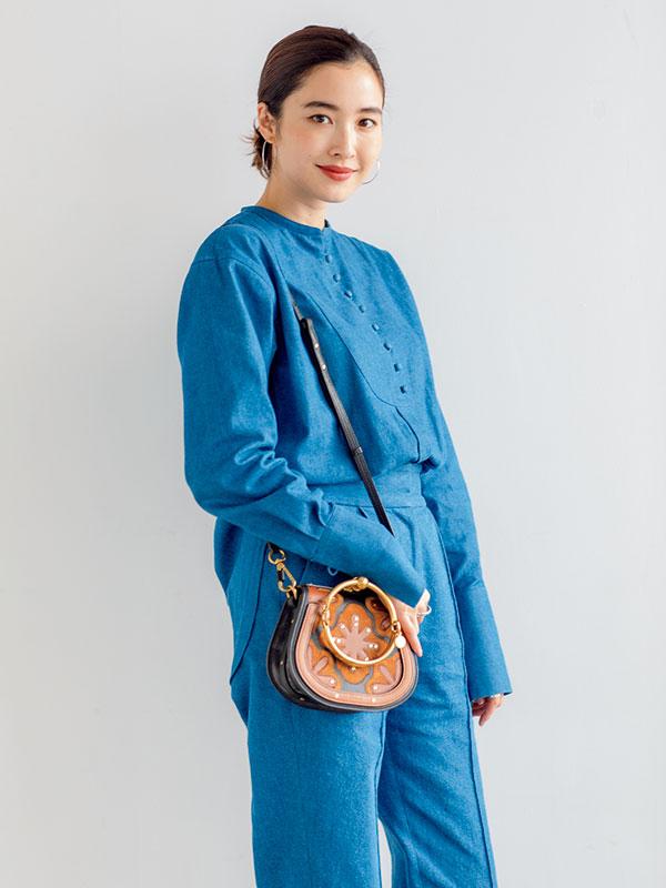 モデルのバッグをのぞき見! みんなが知りたいミニバッグの中身