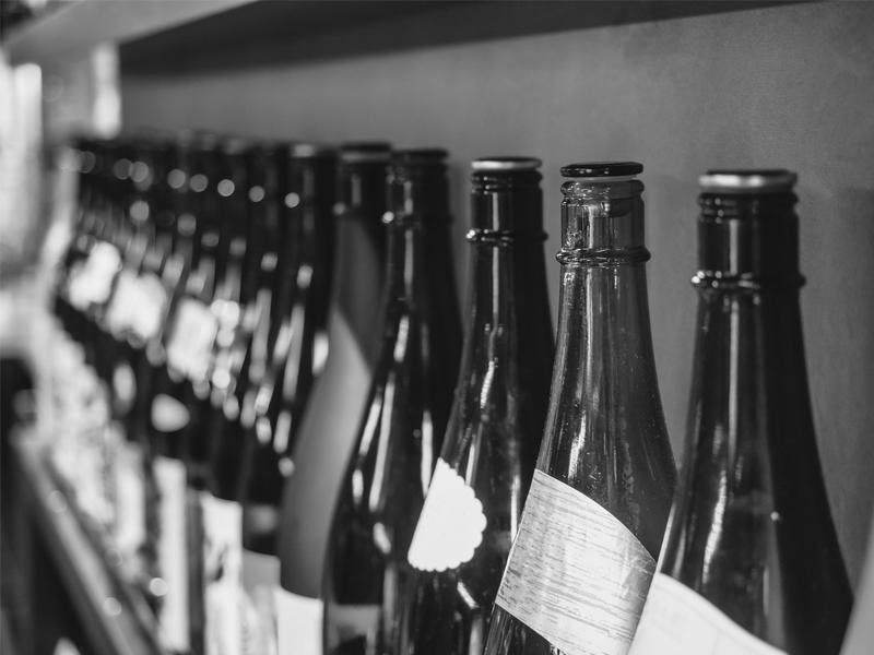 日本酒の瓶はなぜ色つき?紙パック入りを選ぶべき理由も解説
