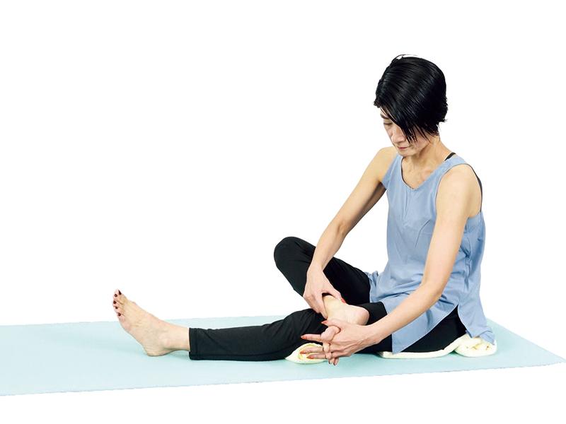"""[体温上昇、血行改善、代謝アップ]疲れやすい人は""""足首グルグル""""を習慣に!"""