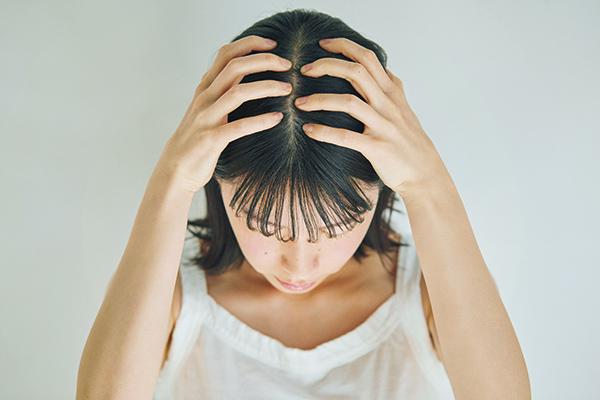 頭皮のかゆみや抜け毛対策にはスカルプケアが必須! シャンプー時にできる簡単マッサージを紹介