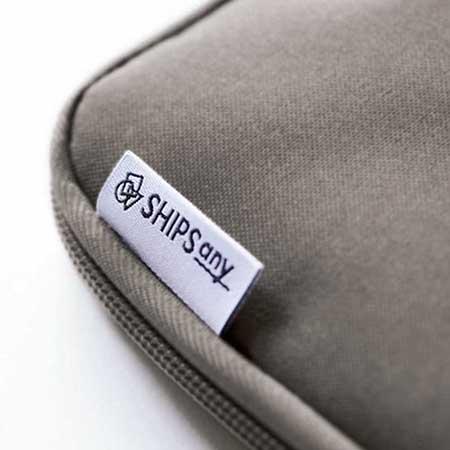 ポーチの裏面には、人気ブランド「SHIPS any」の刺しゅうロゴ!