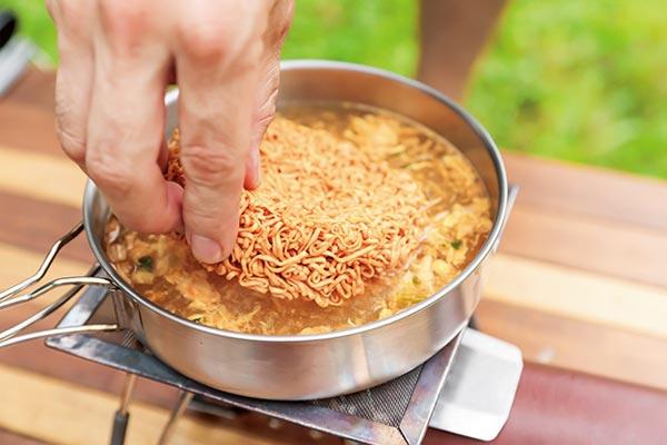 チキンラーメンが海鮮チゲ風に味わえる! キャンプ料理レシピサイト「ソトレシピ」のシェフが作り方を伝授